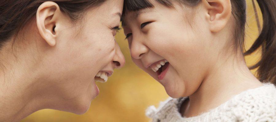 微笑む子供とカウンセラー