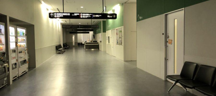 人気のない病院の廊下